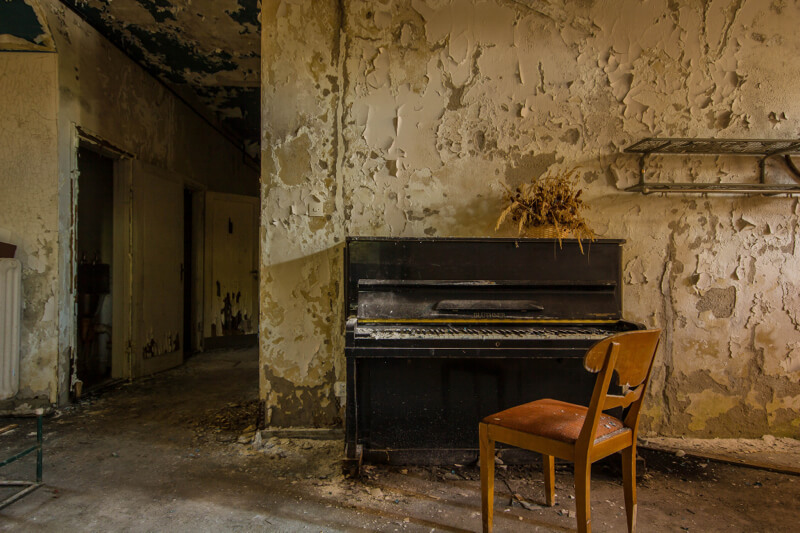 piano in sanitorium