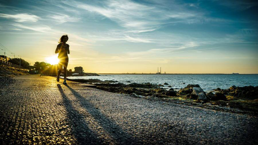 Giuseppe Milo - Running at sunset - Dublin, Ireland - Color street photography