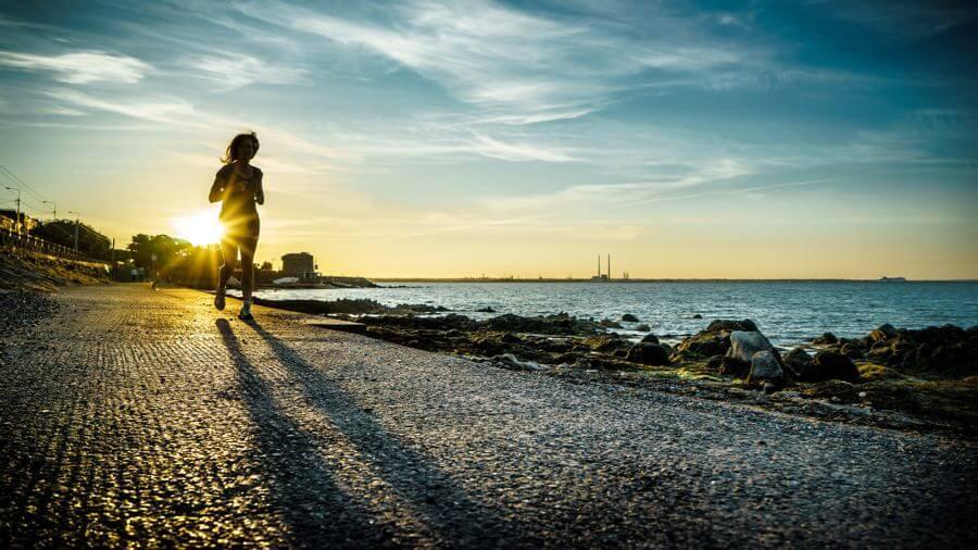 Giuseppe Milo - Running at sunset - Dublin, Ireland - Color street photography