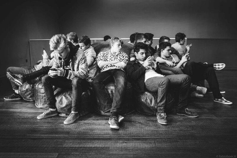 Fabio Boer teenagers on smartphones
