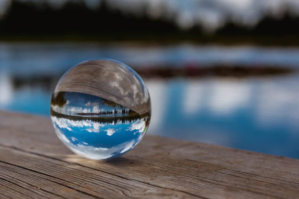 Marco Verch - Himmel und See spiegeln sich in einer Glaskugel