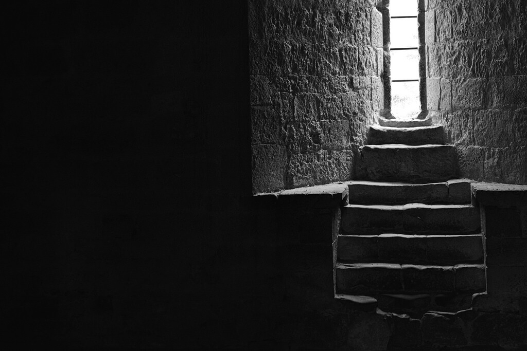 Минимализм в фотографии || Andrew Fawcett - Helmsley Castle minimalist window