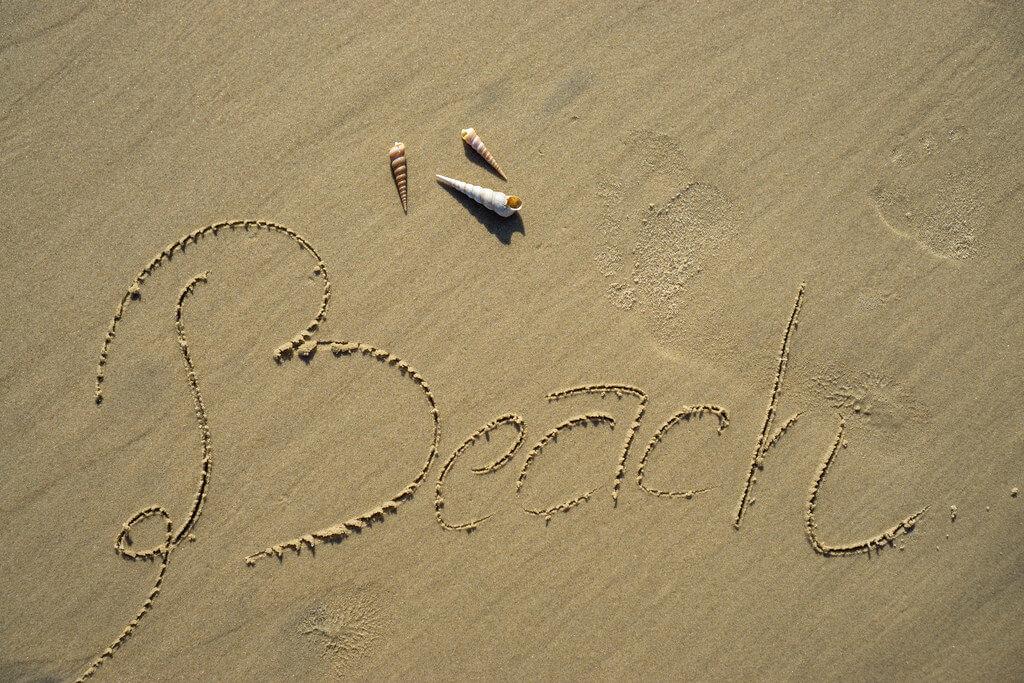 Marco Verch - Beach im Sand geschrieben mit Seemuscheln in Vietnam