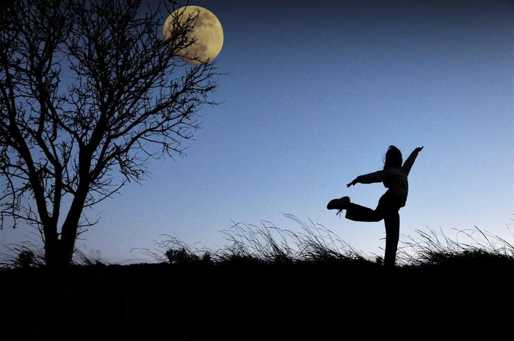 Ana GR - girl dancing silhouette