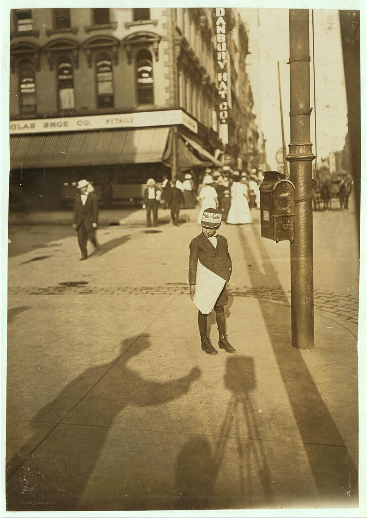 Lewis Wickes Hine - newspaper boy