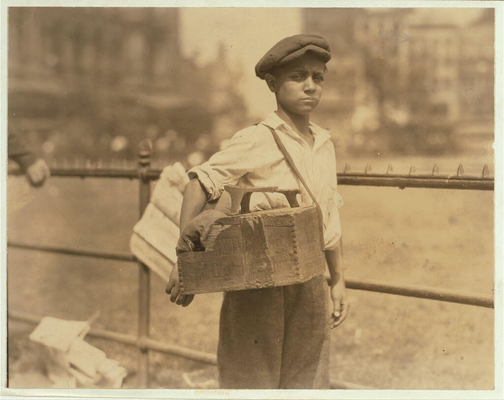 Lewis Wickes Hine - Bootblack around City Hall Park New York City