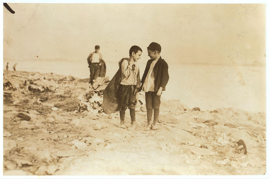 Lewis Wickes Hine - Boys picking over garbage in Boston